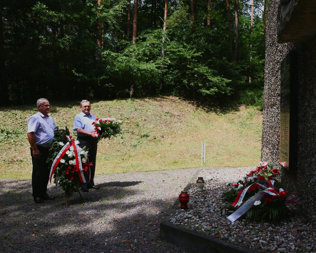 złożenie kwiatów pod pomnikiem